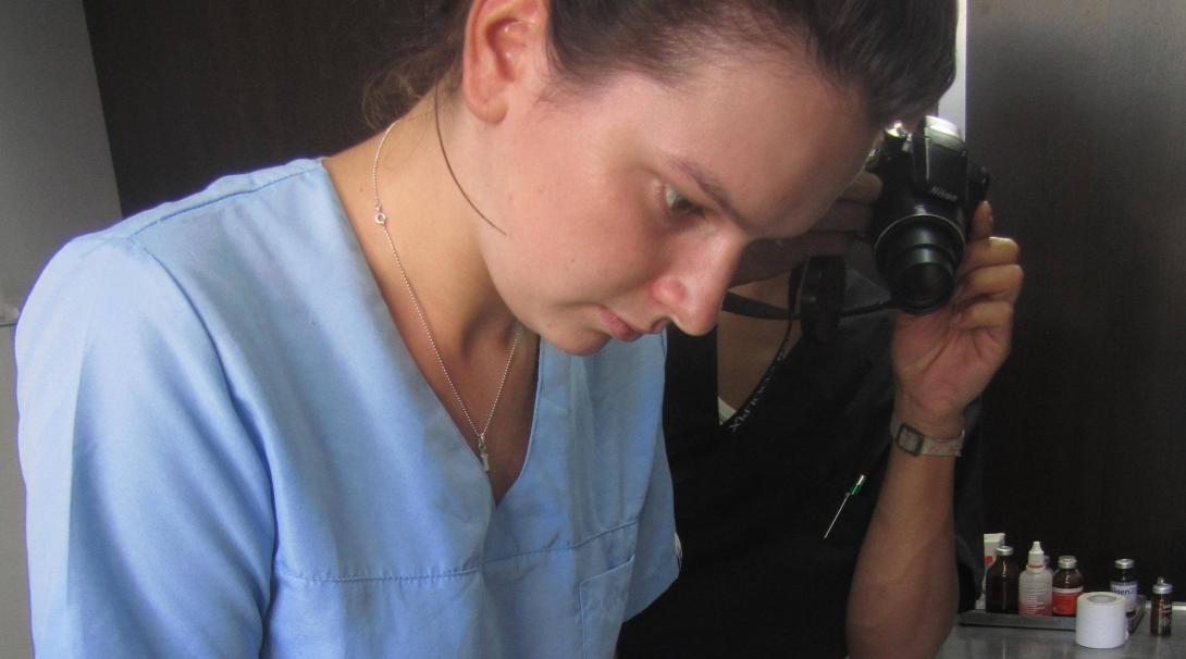 Interna de veterinaria asiste durante una operación.
